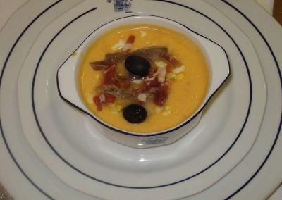 Salmorejo cordobes acompañado de anchoa y aceitunas con un toque de aceite de oliva