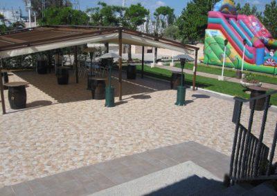 terraza con tobogan hinchable
