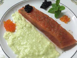 salmon-con-salsa-de-pepino-y-surtido-de-huevas