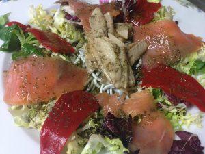 ensalada-de-salmon-con-gulas-ventresca-y-pimientos